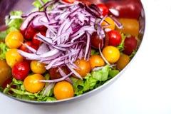 Verse salade met rucola, tomatenkers, feta-kaas en rode ui in een kom Hoogste mening met exemplaarruimte royalty-vrije stock foto's