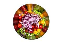 Verse salade met rucola, tomatenkers, feta-kaas en rode ui in een kom Hoogste mening met exemplaarruimte royalty-vrije stock afbeeldingen