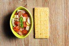 Verse salade met tofu in kom en graan kernachtig brood op houten achtergrond royalty-vrije stock afbeelding