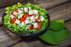 Verse salade met tomaat en komkommer. groene salade Royalty-vrije Stock Foto