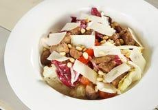 Verse salade met vlees en cedernoten Royalty-vrije Stock Foto's