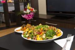 Verse salade op een lijst royalty-vrije stock foto