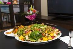 Verse salade op een lijst stock afbeeldingen
