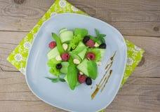 Verse salade op een lijst Stock Afbeelding