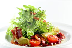Verse salade op witte achtergrond Stock Foto's