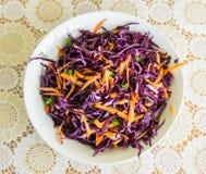 Verse salade - rode kool, wortelen en peterselie op een witte plaat en een verfraaide dekking - hoogste mening Royalty-vrije Stock Afbeeldingen