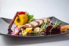 Verse salade van eend fille met vruchten, gelei, groen en kaneel stock foto