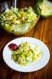 Verse salade van jonge kool met suikermaïs stock afbeeldingen