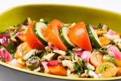 Verse saladekom die met groenten voor menu wordt gevuld Royalty-vrije Stock Afbeelding