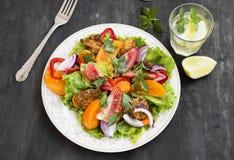 Verse Salademaaltijd met Tomaten, Sla, Peper, Ui en Traliewerk Stock Fotografie