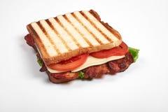 Verse sandwich dichte die omhooggaand met groenten en vlees op witte achtergrond wordt geïsoleerd stock fotografie