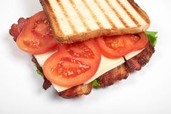Verse sandwich dichte die omhooggaand met groenten en vlees op witte achtergrond wordt geïsoleerd royalty-vrije stock afbeelding