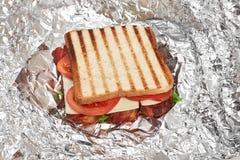 Verse sandwich dichte omhooggaand met groenten en vlees op de achtergrond van folie stock afbeeldingen