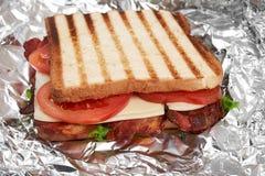Verse sandwich dichte omhooggaand met groenten en vlees op de achtergrond van folie royalty-vrije stock afbeelding