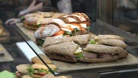 Verse sandwiches van natuurlijke producten stock video