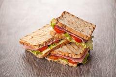 Verse sandwichesmaaltijd op houten achtergrond Stock Fotografie