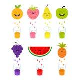 Verse sap en glazen Apple, aardbei, peer, sinaasappel, druif, watermeloen, pineaple fruit met gezichten Leuk glimlachen Royalty-vrije Stock Foto