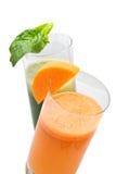 Verse sappen van wortel en peterselie stock afbeelding