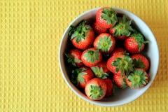 Verse, sappige Aardbeien in een grote kom royalty-vrije stock fotografie