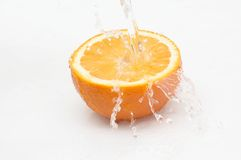 Verse, sappige sinaasappel in stromend water. Royalty-vrije Stock Afbeeldingen