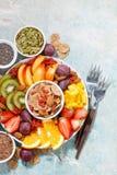 Verse seizoengebonden vruchten en superfoods op rustieke achtergrond Royalty-vrije Stock Foto's