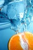 Verse sinaasappel in blauw, duidelijk water royalty-vrije stock afbeeldingen