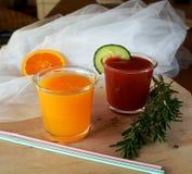 Verse sinaasappel en tomaat smoothie op een glas Stock Foto's
