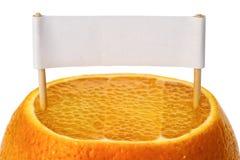 Verse sinaasappel met een teken stock afbeeldingen