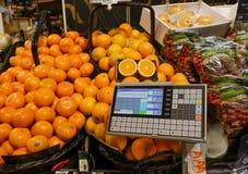 Verse sinaasappel op de plank in de vers fruitstreek stock afbeelding