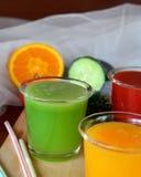 Verse sinaasappel, tomaat en komkommer smoothie op een glas Royalty-vrije Stock Afbeelding