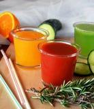 Verse sinaasappel, tomaat en komkommer smoothie op een glas Stock Fotografie
