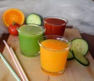 Verse sinaasappel, tomaat en komkommer smoothie op een glas Royalty-vrije Stock Afbeeldingen