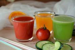 Verse sinaasappel, tomaat en komkommer smoothie op een glas Royalty-vrije Stock Foto