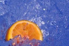 Verse sinaasappel in water Royalty-vrije Stock Foto's