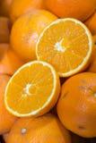 Verse sinaasappelen bij de markt Stock Foto
