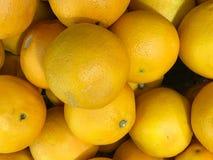 Verse sinaasappelen bij fruitafdeling in supermarkt Stock Afbeeldingen