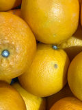 Verse sinaasappelen bij fruitafdeling in supermarkt Stock Foto