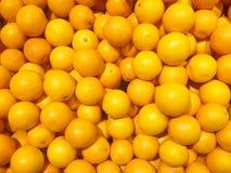 Verse sinaasappelen in de markt Royalty-vrije Stock Afbeeldingen