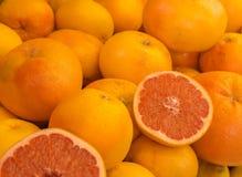 Verse sinaasappelen in een voedselmarkt Royalty-vrije Stock Afbeeldingen