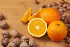 Verse sinaasappelen en noten Stock Foto