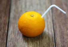 Verse sinaasappelen op houten Stock Foto