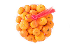 Verse Sinaasappelen in Plastic die Mesh Sack op wit wordt geïsoleerd. royalty-vrije stock foto's