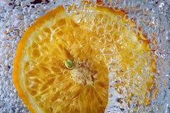 Verse sinaasappelen in water Royalty-vrije Stock Afbeeldingen