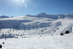 Verse skihellingen en bergen in zonnige dag in Andorra stock afbeelding