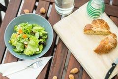 Verse slasalade met brood op de lijst voor lunch Stock Foto