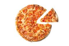 Verse smakelijke die pizza met pepperonis op witte achtergrond worden geïsoleerd Hoogste mening stock afbeelding