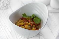 Verse smakelijke die salade van groene paprika's en komkommers wordt gemaakt stock afbeelding