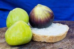 Verse smakelijke fig. friuts op een houten plaat met een blauwe achtergrond Royalty-vrije Stock Fotografie