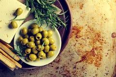 Verse smakelijke Griekse groene olijven met kaas feta of geitkaas royalty-vrije stock foto