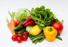 Verse smakelijke groenten op wit. stock fotografie